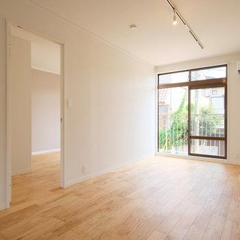 長いリビングのお部屋!今回はライティングレールがキッチン側に設置されます※写真は同間取りの別部屋のものです