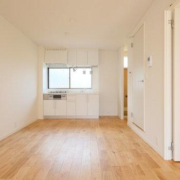 キッチン前はダイニングスペースですね!※写真は同間取りの別部屋のものです