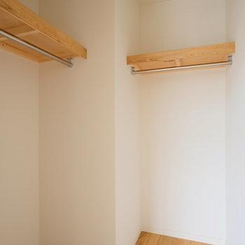 収納ハンガーパイプが2本ありで使いやすい◎※写真は同間取りの別部屋のものです