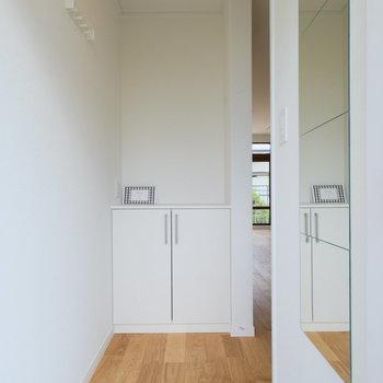 玄関はすこし奥まっていていいですね◎※写真は同間取りの別部屋のものです