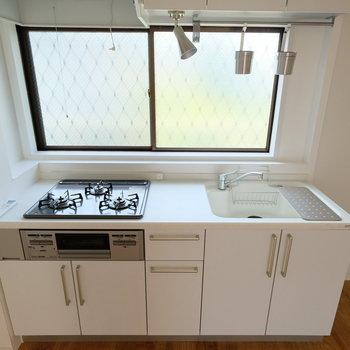 キッチンにも大きな窓が!気持ちがいい!※写真は同間取りの別部屋のものです