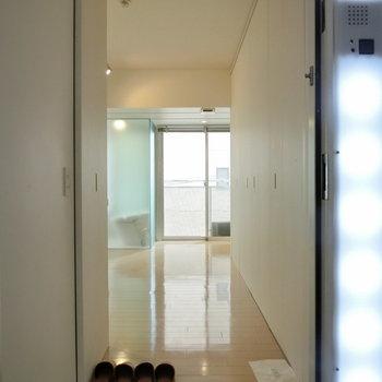 玄関から ※写真は4階の同間取り別部屋のものです。