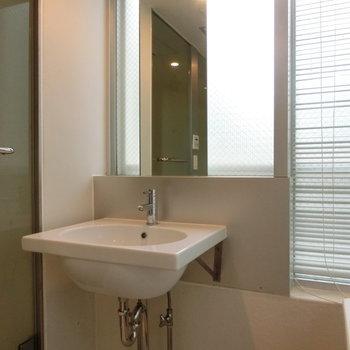 洗面台 ※写真は4階の同間取り別部屋のものです。