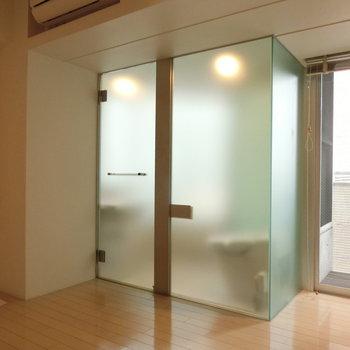 中央に置かれた淡いキューブ ※写真は4階の同間取り別部屋のものです。