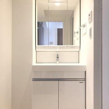 ぴかぴかの独立洗面台 ※写真は4階の同間取り別部屋のものです。
