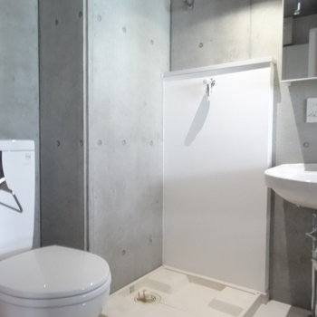 洗濯機はあちらへ※写真は2階の同間取り別部屋のものです。