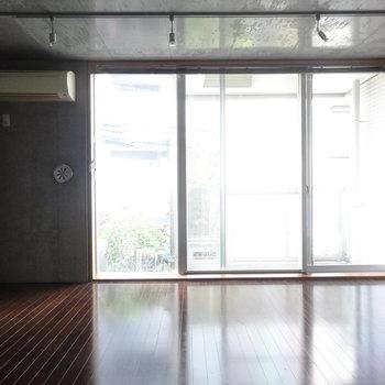 窓も大きい!※写真は2階の同間取り別部屋のものです。