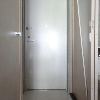 玄関こちら※写真は2階の同間取り別部屋のものです。