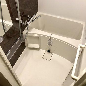 お風呂は浴室乾燥機付き!雨の日の洗濯物も心配いらないね。※写真は2階の同間取り別部屋のものです