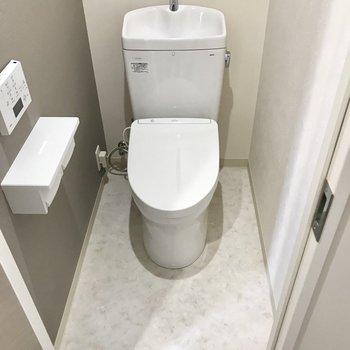 ウォシュレットトイレ。上には扉付きの収納がありました。※写真は2階の同間取り別部屋のものです