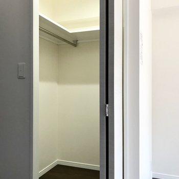 収納はなんとウォークイン!お洒落さんでも安心なのです。※写真は2階の同間取り別部屋のものです