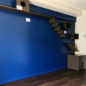 コバルトブルーのクロスにはキャットウォークが。※写真は2階の同間取り別部屋のものです