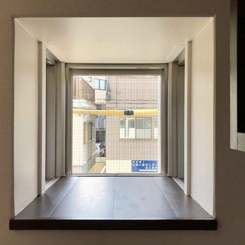 おぉ!なんと猫用の窓!3方ガラス張りになっているので外も見やすいですよね。※写真は2階の同間取り別部屋のものです