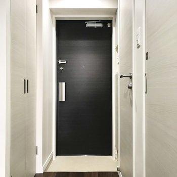 玄関周りもすっきりと。ダブルロックでさらに安心!※写真は2階の同間取り別部屋のものです