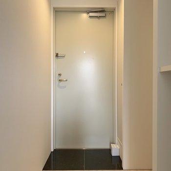 玄関はちょっと狭めだけどシューズBOXは十分な広さです。※写真は5階の反転間取り別部屋のものです