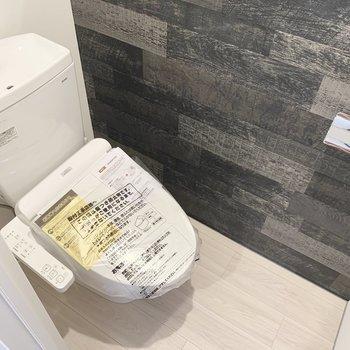トイレは棚とウォシュレット付き。※写真は5階の反転間取り別部屋のものです