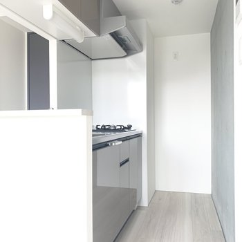 キッチンは奥に冷蔵庫置けるかな。※写真は5階の反転間取り別部屋のものです