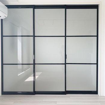 戸は閉めて、洋室とリビングは分けて使えます。※写真は5階の反転間取り別部屋のものです