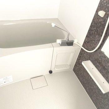 お風呂はなんと浴室乾燥機つきです!※写真は5階の反転間取り別部屋のものです