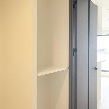 魅せる収納ってやつかな、鍵とかも置いておけそう。※写真は5階の反転間取り別部屋のものです