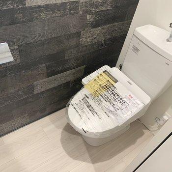 トイレはウォシュレットと棚付きです。