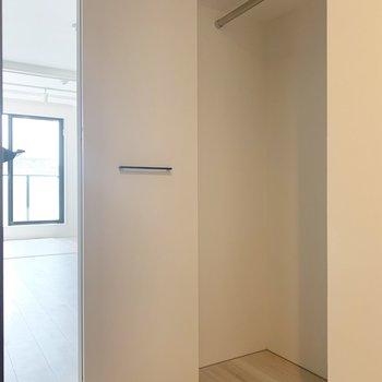 廊下のクローゼットは普段使いの はおりや帽子などをしまっておこう。