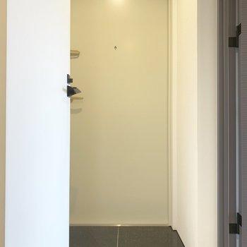 玄関はちょっと狭めです。
