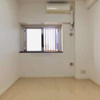 こちらは玄関左側、突き当りの洋室7帖。
