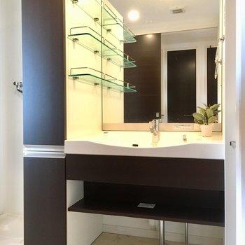 鏡おっきいなぁ。洗面ボウルも大きいぞ。