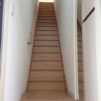 玄関開けると階段です※写真は2階の同間取り別部屋のものです。