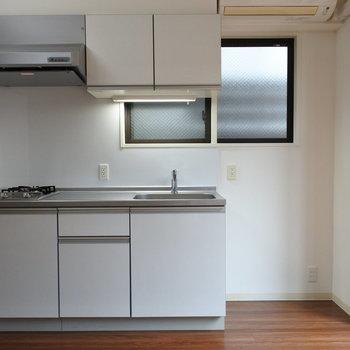 キッチンはシンプルにホワイトで。(※写真は反転間取りの別部屋です)