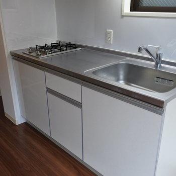 キッチンは2口ガスコンロ。(※写真は反転間取りの別部屋です)