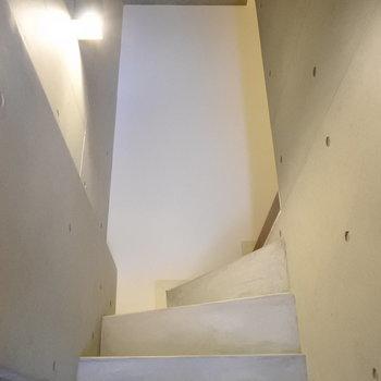 階段はザ・デザイナーズって感じ。(※写真は反転間取りの別部屋です)