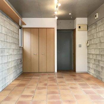 壁と床をチラチラしちゃう〜※写真はクリーニング前、前回募集時のものです