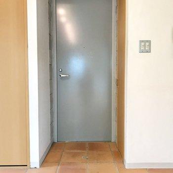 玄関はフラットに。※写真はクリーニング前、前回募集時のものです