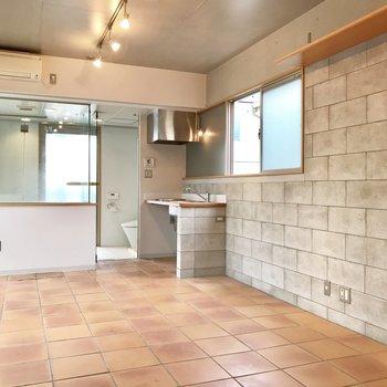コンクリに紛れているキッチン・・※写真はクリーニング前、前回募集時のものです