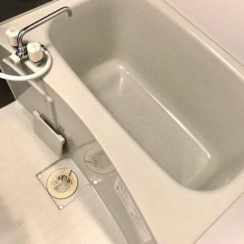 浴槽は白。だけど