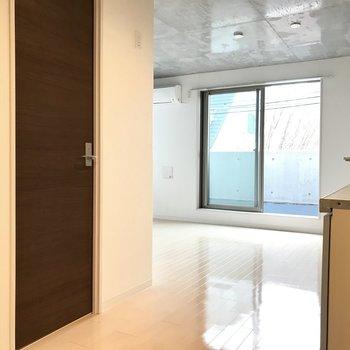 玄関を入ってこの空間。サニタリースペースへ行ってみましょう!
