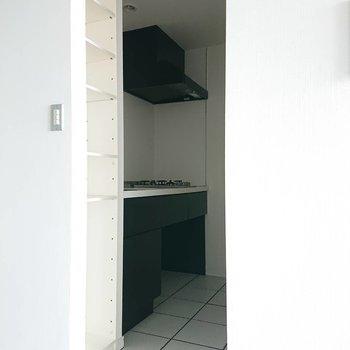 黒で締まるキッチン※写真は通電前のものです