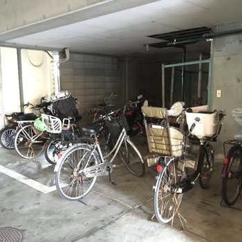 自転車置き場には自転車が沢山!ちょっと駐輪場狭めかな?