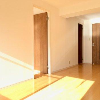リビングの横に洋室が2つ。