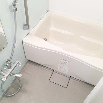 お風呂には水色のアクセントクロスが。