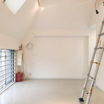 天井が少しななめになっていてユニーク。