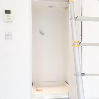 ハシゴの後ろ側に洗濯機置場が!隠し扉みたい。