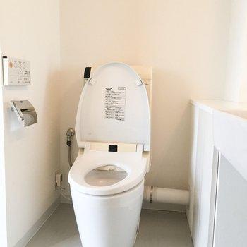 脱衣所にトイレがあります。