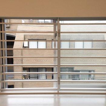 窓は低めの位置にあります。