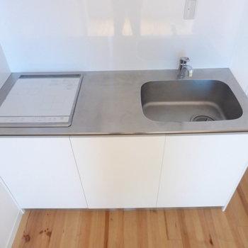 【DK】キッチンは2口IH。作業スペースはコンパクトかな。