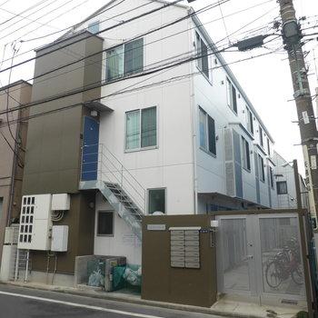 3階建ての木造アパートです。