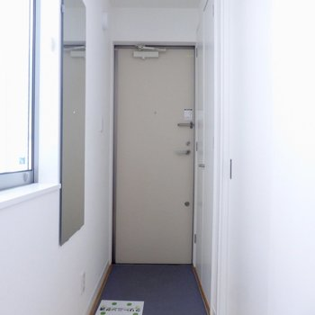 玄関スペースには姿鏡も◎※写真は通電前のものです。