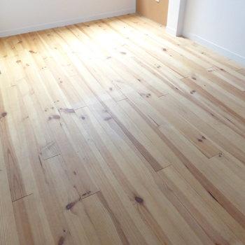 【DK】無垢床の素材感を味わって欲しい♪床だけ撮ってしまいました。
